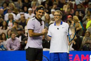 Bill Gates xỏ giày đánh tennis cùng Roger Federer