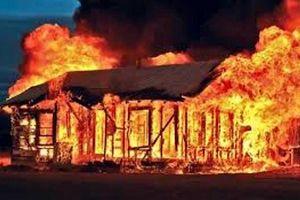 Rạng sáng, cha tưới xăng lên 2 đứa con đang ngủ rồi châm lửa đốt