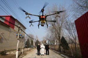 Trung Quốc dùng máy bay không người lái để chống dịch, phát triển test kit