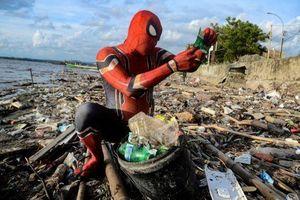 'Người nhện' dọn rác cho thành phố