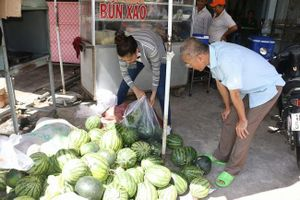 Á hậu Kim Duyên bán 400 kg dưa hấu giúp bà con