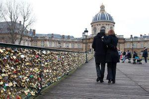 Chuyện tình đẫm lệ đằng sau những ổ khóa tình yêu