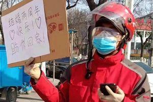 Shipper gửi lời nhắn bằng bìa carton cho vợ đang chống dịch corona