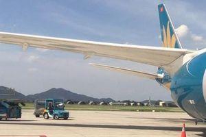 Chạy xe 'cắt mặt' máy bay Vietnam Airlines vừa hạ cánh đang vào vị trí đỗ
