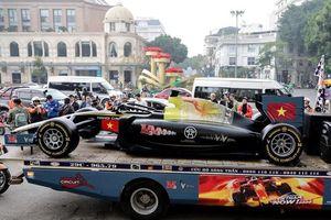 Người Hà Nội thích thú ngắm mô hình xe F1 sống động như thật