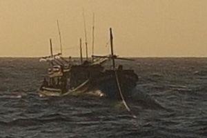 Tàu 743 cứu nạn tàu cá của ngư dân Khánh Hòa