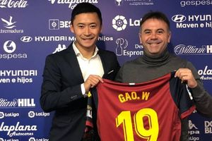 Đội bóng Tây Ban Nha trao nhầm số áo đã treo để tri ân Reyes