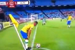 Cầu thủ liên tục câu giờ bất chấp thẻ phạt ở Nam Phi