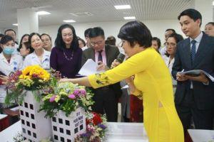 Tạm gác lại những bận rộn, các y bác sĩ cắm hoa tặng 'một nửa thế giới'