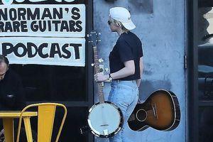 Kristen Stewart đội mũ ngược siêu ngầu, một mình ra phố mua nhạc cụ