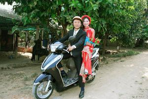 Vợ chồng Kon Tum hoãn tiệc cưới, rước dâu đơn giản bằng xe máy