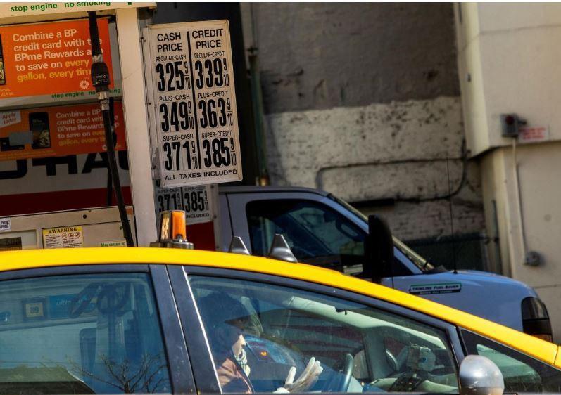 Khi người Mỹ ngừng đi lại, giá xăng dầu giảm sâu