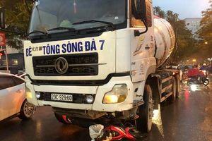 Xe tải đi vào giờ cấm cuốn người điều khiển và xe máy vào gầm, ùn tắc kéo dài