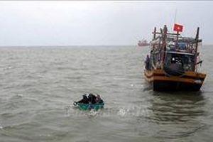 Cứu vớt hai ngư dân trôi dạt trên biển sau khi nhảy xuống từ tàu cá