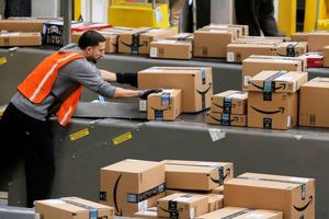 Amazon khóa hàng nghìn tài khoản bán hàng đội giá sản phẩm ăn theo dịch COVID-19