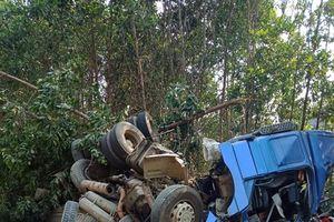 Hai cha con gặp nạn trong xe kéo rơ mooc chở xi măng