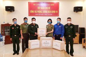 Phòng PV05 (Công an tỉnh) trao tặng nhu yếu phẩm cho tuyến đầu chống dịch