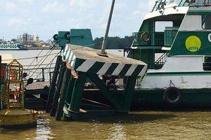 Cầu phao phà Cát Lái bị tàu chở 200 container đâm hỏng