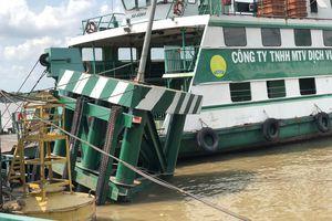 Tàu chở hàng trăm container tông thẳng vào cầu phao phà Cát Lái