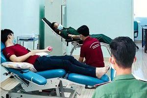 Cán bộ đoàn viên Bệnh viện Quân y 211 hiến máu tình nguyện