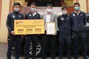 Các cầu thủ CLB Hà Nội góp 1 ngày lương tặng quà cho 'tuyến đầu' phòng chống Covid-19