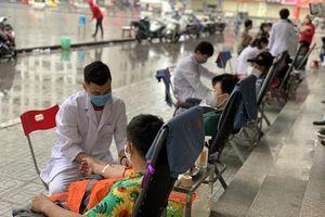 Hàng trăm người nhóm máu O, A tham gia hiến máu