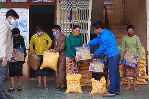 Cõng gạo về giúp đồng bào nghèo miền núi Quảng Trị