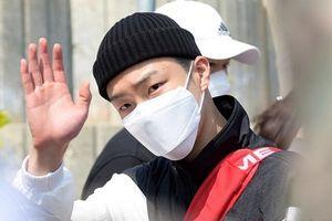 Lee Seung Hoon (WINNER) đeo khẩu trang kín mít, hòa cùng đám đông trong ngày nhập ngũ