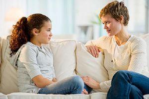 Biết con yêu sớm, bố mẹ thường có phản ứng áp đặt thế này