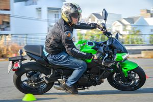 Vì sao xe máy không có dẫn động bánh trước như ôtô?