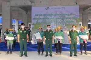 Bệnh viện tự làm khẩu trang, tặng gạo cho lao động tại công trường