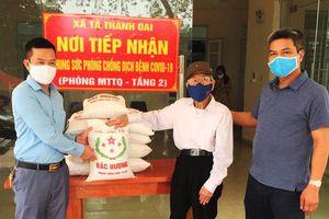 Nhiều địa phương của Hà Nội tặng quà người dân khó khăn và chiến sĩ nơi tuyến đầu chống dịch