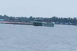 Chìm sà lan chở cát gần 500 tấn trên sông Tiền, 3 người thoát chết