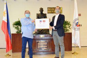 Tỷ phú Johnathan Hạnh Nguyễn quyên góp 750.000 khẩu trang cho Philippines