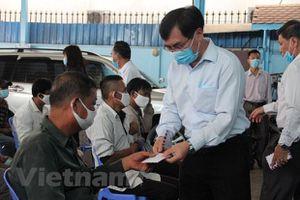 Tiếp tục hỗ trợ cho bà con Campuchia gốc Việt gặp khó khăn do COVID-19