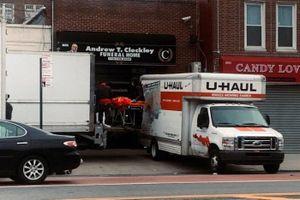 Cảnh sát tìm thấy 2 xe tải chứa hàng chục thi thể ở New York