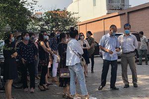 Thêm phụ huynh tại TP.HCM kéo đến trường phản đối học phí
