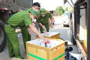 Xe khách chở 800 kg thịt chó và nội tạng bốc mùi