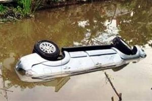 Xe 7 chỗ lao sông, 2 người chết: Mới liên hoan về