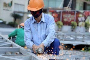 Người lao động gồng mình mưu sinh dưới cái nắng 'cháy da' của Hà Nội