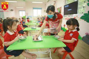 Cận cảnh bữa ăn bán trú của học sinh trong ngày đầu đi học