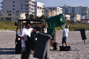Dân ùa ra biển sau khi nới phong tỏa ở Florida, thải gần 6 tấn rác