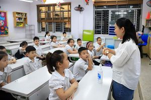 Giáo viên hân hoan đón học sinh tiểu học, mầm non quay trở lại trường