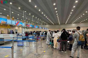 Hơn 340 công dân Việt Nam từ Nga về nước hạ cánh ở sân bay Vân Đồn