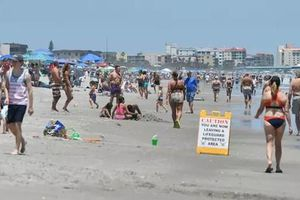 Vừa được nới phong tỏa, dân Mỹ kéo ra biển chơi rồi để lại 6 tấn rác
