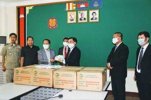Việt Nam và Chữ thập đỏ quốc tế tặng khẩu trang cho Bộ Nội vụ Campuchia