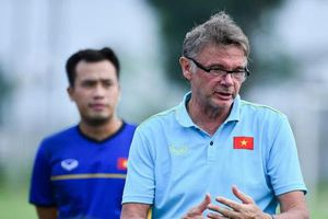 HLV Philippe Troussier cảnh báo việc tiền đạo Việt Nam 'không được chơi bóng'