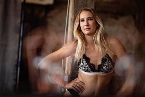 Người mẫu Playboy bỏ việc để chăm sóc bệnh nhân mắc Covid-19