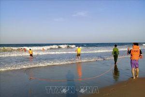 Tắm biển bị sóng cuốn trôi, một người nguy kịch, một người mất tích