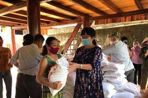 Quỹ Tình người Lai Châu cứu trợ khẩn cấp 5,6 tấn gạo cho các hộ dân bị thiệt hại do mưa đá